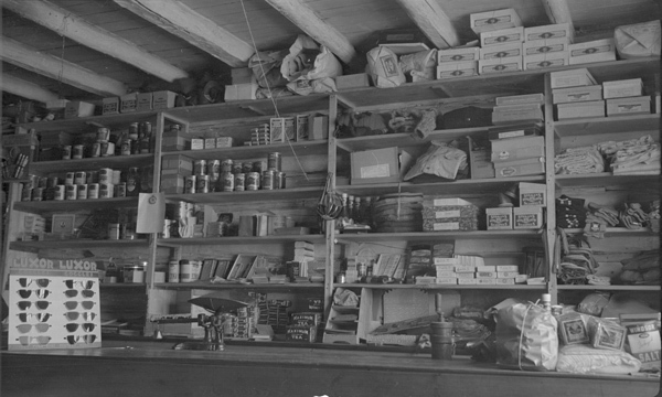 <p>L&#39;int&eacute;rieur du magasin Weaver &amp; Devore &agrave; l&#39;&eacute;poque.<br /><br />Source photo:&nbsp;NWT ArchivesSam Otto fondsN-2002-002 0024.</p>