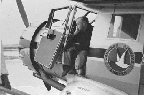 <p>Parmi ces pilotes, Wop May, un pilote de l&rsquo;un des deux premiers avions &agrave; avoir travers&eacute; les Territoires du Nord-Ouest en 1921, ainsi que Punch Dickins, un autre pionnier de l&rsquo;aviation.<br /><br />Source photo:&nbsp;Wop May N-1992-213-0255.</p>
