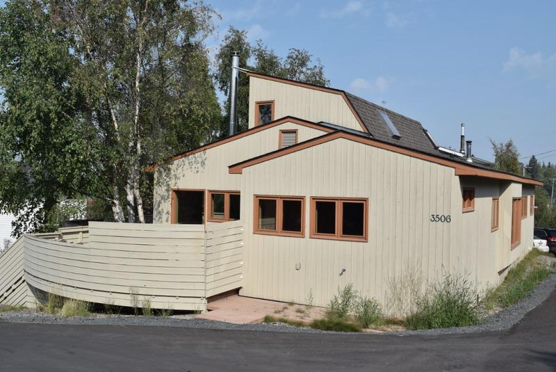<p>Ce b&acirc;timent, construit en 1945, allait servir de r&eacute;sidence au personnel de la Compagnie de la Baie d&rsquo;Hudson.</p>