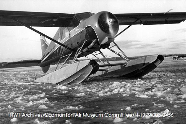 <p>Les &eacute;difices de la base d&rsquo;aviation Wardair, &agrave; proximit&eacute; du Bullocks Caf&eacute;, sont les premiers b&acirc;timents &agrave; avoir &eacute;t&eacute; construits pr&egrave;s du rivage.<br /><br />Source photo: NWT Archives/Edmonton Air Museum Comittee/N-1979-003-0456.</p>