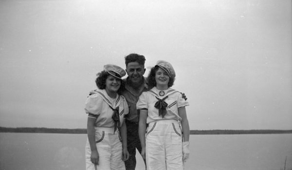 <p>Jock McKeenan et Bertha Watt, conductrice de bateau taxi (&agrave; droite).<br /><br />Source photo: NWT ArchivesYellowknife Photograph CollectionN-2004-006 0038.</p>