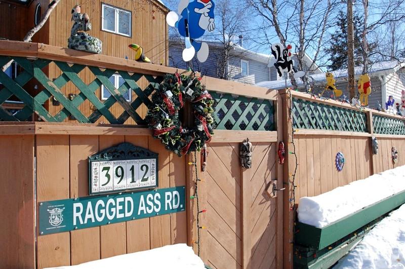 <p>La l&eacute;gendaire rue Ragged Ass Road... et ses plaques de rue convoit&eacute;es par les touristes. On les vend d&eacute;sormais dans les boutiques de souvenirs de Yellowknife.&nbsp;<br /><br />Sources<br />Photo pr&eacute;c&eacute;dente:&nbsp;NWT Archives James Jerome Fonds/N-1987-017-3415.<br />Photo actuelle: CD&Eacute;TNO.</p>