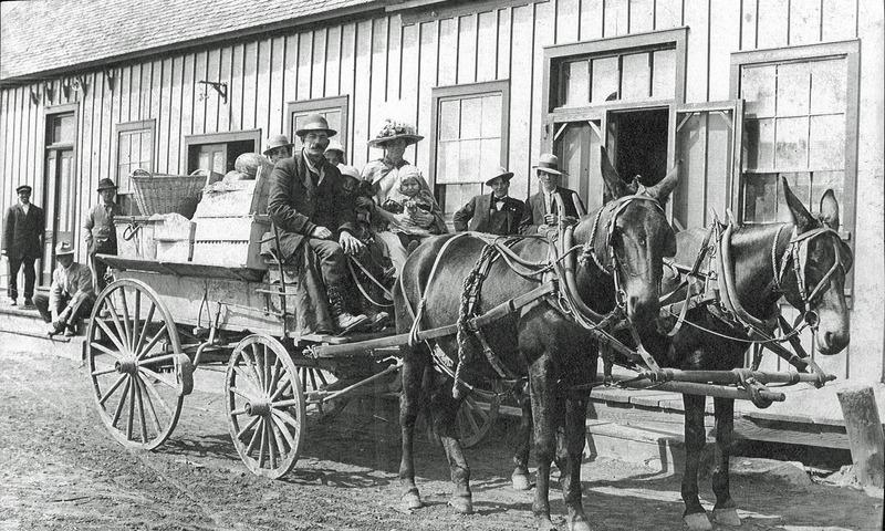 <p>Le quartier de Peace River Flats, lieu o&ugrave; se sont &eacute;tablis de nombreux fermiers venus de la r&eacute;gion de Peace River, en Alberta.<br /><br />Sources<br />Photo pr&eacute;c&eacute;dente:&nbsp;NWT Archives Henry Busse//N-1979-052-4328.<br />Photo actuelle: CDETNO.</p>