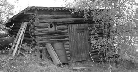 <p>This 1937 log cabin served as a warehouse for the Mining Corporation of Canada, which arrived in Yellowknife to develop a rich gold find at Gordon Lake, 80 kilometers north east of Yellowknife.<br /><br />Photo source: Heritage committee of the City of Yellowknife.</p>