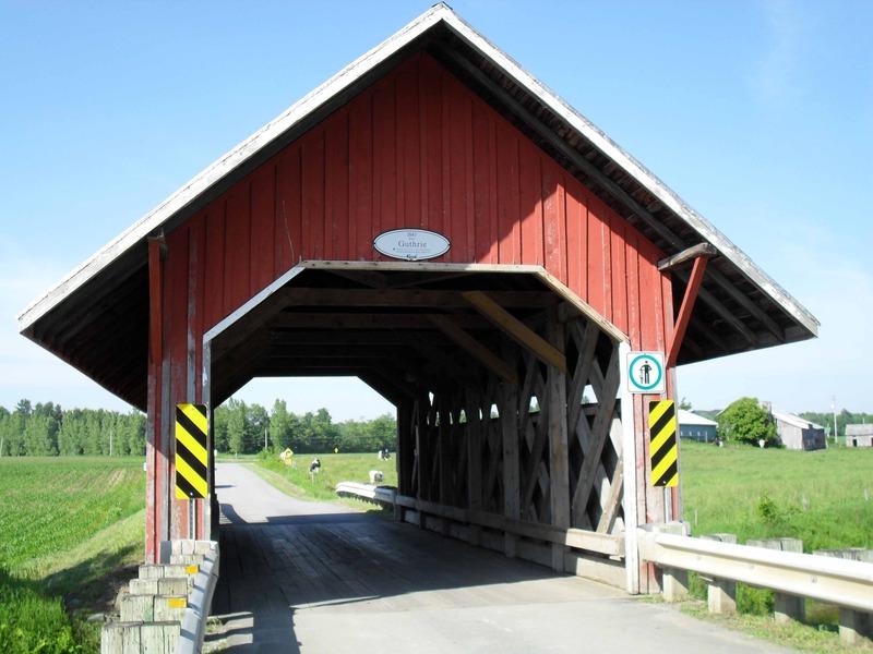 <p>B&acirc;ti en 1888, le pont couvert Guthrie enjambe le ruisseau Groat. C&rsquo;est avec ses 15,2 m&egrave;tres de long, le plus court pont couvert au Qu&eacute;bec. Il est l&rsquo;un des plus anciens au Qu&eacute;bec si on consid&egrave;re que le plus vieux pont couvert de la province date de 1861. Sa structure emprunte le mod&egrave;le de ferme dit Town, du nom de l&rsquo;architecte du Connecticut Ithiel Town qui fit breveter ce mod&egrave;le en 1820.<br /><br />Les toits des ponts couverts servent fondamentalement &agrave; allonger la dur&eacute;e de vie des structures de bois. Ainsi couvert, un pont peut durer plus d&rsquo;un si&egrave;cle tandis que sans toit, un pont de bois ne survivrait aux intemp&eacute;ries qu&rsquo;une vingtaine d&rsquo;ann&eacute;es.</p>