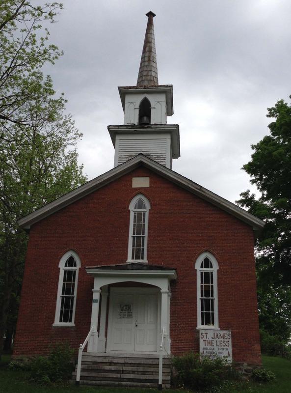 <p>D&eacute;j&agrave;, en 1801, existait une mission de l&rsquo;&Eacute;glise anglicane (&eacute;piscopale) &agrave; Pigeon Hill. Cette mission fut officiellement &eacute;rig&eacute;e en paroisse en 1856. L&rsquo;&eacute;glise actuelle fut la premi&egrave;re de la paroisse. Elle fut b&acirc;tie en 1859 et consacr&eacute;e par le premier &eacute;v&ecirc;que anglican de Montr&eacute;al, Francis Fulford, le 7 juin 1860. Un guide touristique, le &laquo;Lovell&rsquo;s Gazetteer of British North America&raquo;, publi&eacute; &agrave; Montr&eacute;al en 1874, la mentionne comme valant le d&eacute;tour et la qualifie de &laquo; charming &raquo;. Elle ne dispose ni d&rsquo;&eacute;lectricit&eacute; ni de chauffage central. Elle s&rsquo;&eacute;claire avec des lampes &agrave; l&rsquo;huile et on la chauffe encore au po&ecirc;le &agrave; bois. On y c&eacute;l&egrave;bre chaque ann&eacute;e un service de No&euml;l &agrave; la chandelle et elle est ouverte chaque premier dimanche du mois, de mai &agrave; octobre.</p>