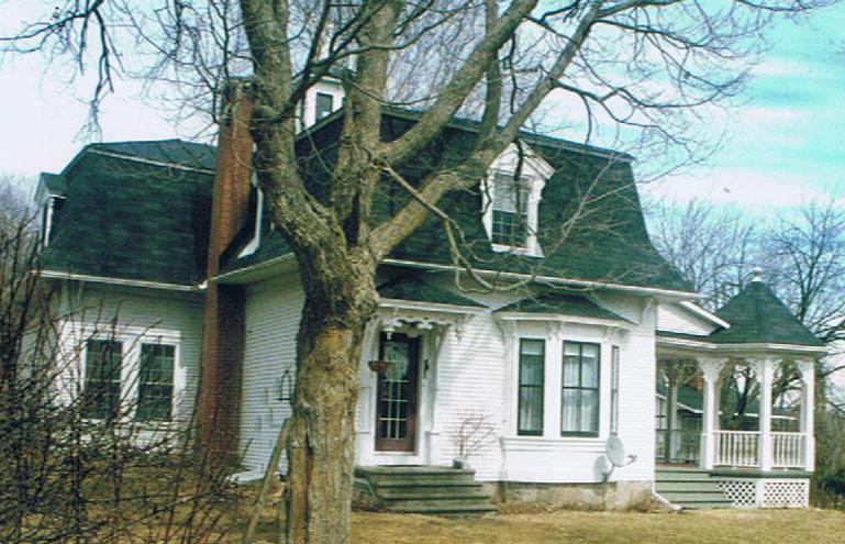 <p>Cette maison fut b&acirc;tie en 1842. Apr&egrave;s avoir &eacute;t&eacute; la demeure du sh&eacute;rif de Bedford, David Brown, ce dernier la vendit &agrave; Philip Hiram Krans, dont l&rsquo;histoire remonte aux origines de notre village.<br /><br />Les parents de Philip, Johannes Krans et Catrina Luke, sont tous deux enfants de loyalistes et parmi les premiers arrivants &agrave; Philipsburg. Ils sont originaires de l&rsquo;&Eacute;tat de New York, Johannes (John) n&eacute; en 1776&nbsp; &agrave; Rhinebeck dans le comt&eacute; de Dutchess et Catrina en 1789 &agrave; Albany dans le comt&eacute; du m&ecirc;me nom. Johannes est donc n&eacute; l&rsquo;ann&eacute;e m&ecirc;me de la D&eacute;claration d&rsquo;ind&eacute;pendance des &Eacute;tats-Unis d&rsquo;Am&eacute;rique. Il a &eacute;videmment suivi ses parents quand ils ont d&eacute;cid&eacute; d&rsquo;&eacute;migrer au Canada.<br /><br />Philip Krans, apr&egrave;s avoir habit&eacute; la maison du chemin de la Tourelle, la c&eacute;da &agrave; un certain Julien Brosseau junior, employ&eacute; des douanes. Ce dernier la rec&eacute;da ensuite &agrave; la propre fille de Philip Krans, Harriet, s&eacute;par&eacute;e de son mari, Francis Hubbard, ing&eacute;nieur civil d&rsquo;Ottawa. Harriet revendit rapidement la terre et tous les b&acirc;timents, y compris cette maison, &agrave; Hugh Symington de Saint-Armand en 1890 devant le notaire Boyce de Stanbridge.</p>