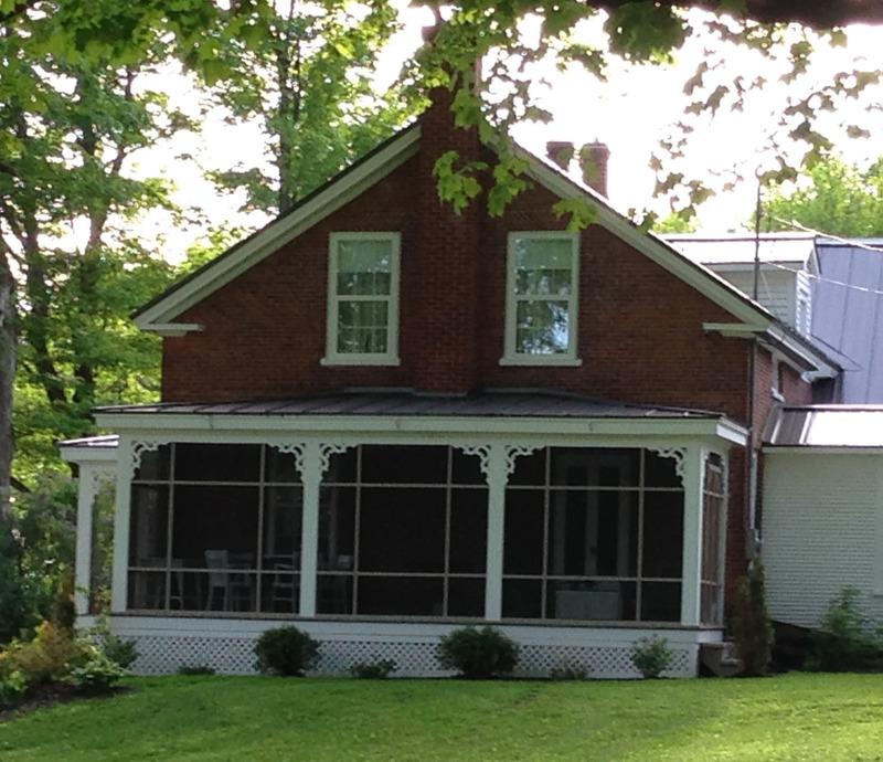 <p>Cette grande maison georgienne date de 1844 et elle fut &agrave; l&rsquo;origine celle de Peter Houl qui la vendit en 1846 &agrave; Fred Seeger. Elle fut ensuite la demeure de William Hubbard, agriculteur de Pigeon Hill. Ce dernier la l&eacute;gua &agrave; son &eacute;pouse Mary Drury en 1890.<br /><br />La maison Hubbard fut victime d&rsquo;un raid des Irlandais de la Nouvelle-Angleterre, les &laquo;Fenians&raquo;, en 1866. Ces derniers avaient con&ccedil;u un plan pour le moins audacieux. Ils projetaient de s&rsquo;emparer, &agrave; partir du Vermont, d&rsquo;une partie du Bas-Canada, et de le remettre ensuite &agrave; la couronne britannique en &eacute;change de la lib&eacute;ration de l&rsquo;Irlande!<br /><br />En juin 1866, sous la conduite de leur g&eacute;n&eacute;ral Samuel Spears, mille d&rsquo;entre eux fonc&egrave;rent sur notre r&eacute;gion et r&eacute;ussirent &agrave; s&rsquo;emparer de Frelighsburg, Pigeon Hill, Saint-Armand et Philipsburg. Leurs colonnes s&rsquo;enfonc&egrave;rent aussi loin que Stanbridge East o&ugrave; quelques-uns d&rsquo;entre eux firent m&ecirc;me un excellent d&icirc;ner dans une auberge locale!<br /><br />Ils furent repouss&eacute;s d&egrave;s le lendemain par l&rsquo;arm&eacute;e canadienne &agrave; laquelle ils durent se rendre, faute de munitions. Mais ils avaient caus&eacute; beaucoup de d&eacute;g&acirc;ts. La maison et les b&acirc;timents de William Hubbard furent victimes de leurs d&eacute;pr&eacute;dations et rapines. William signa une p&eacute;tition exigeant une indemnisation pour ses pertes. Le gouvernement de sa majest&eacute; lui accorda 24 dollars pour sa peine&hellip;</p>