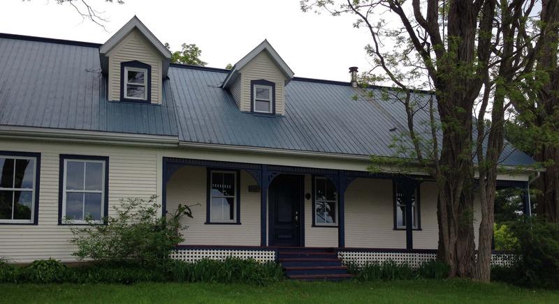 <p>Cette maison fut b&acirc;tie en 1850, tr&egrave;s probablement par Luther Burley, agriculteur local. Le corps principal de l&rsquo;&eacute;difice comporte une galerie &agrave; poteaux. Il y eut, quelques ann&eacute;es apr&egrave;s la construction initiale, ajout d&rsquo;un autre corps de b&acirc;timent connexe vers l&rsquo;ouest. Cette rallonge peut s&rsquo;expliquer par le fait que le fils de Luther, Robert, et son &eacute;pouse, v&eacute;curent aussi dans la maison familiale et y &eacute;lev&egrave;rent leur propre famille.<br /><br />En 1877, Luther, &agrave; 61 ans, fit son testament. Il laisse d&rsquo;abord &agrave; sa fille, Emily Ann, &eacute;pouse d&rsquo;Allan Knight, quelques parcelles de terre &agrave; Saint-Armand&hellip;et deux vaches.<br />&Agrave; son fils Robert, Luther l&egrave;gue la terre et la maison familiales. Jusqu&rsquo;ici rien de bien extraordinaire. Robert pourra aussi avoir acc&egrave;s &agrave; une certaine source et en tirer de l&rsquo;eau &laquo; &agrave; sa guise et de toute mani&egrave;re qu&rsquo;il jugera bon &raquo;. Mais Robert h&eacute;rite &eacute;galement d&rsquo;un lot o&ugrave; se trouve une &eacute;cole protestante et ne pourra s&rsquo;en servir tant que l&rsquo;&eacute;cole restera en usage et qu&rsquo;elle sera bien protestante. Sinon, Robert pourra utiliser le lot comme il le juge bon.<br /><br />Robert re&ccedil;oit aussi le petit cimeti&egrave;re familial et devra l&rsquo;entretenir ainsi que l&rsquo;all&eacute;e qui y m&egrave;ne. Il a aussi la charge de construire un &laquo; substantiel mur de pierres &raquo; autour du petit lot fun&eacute;raire familial. Les dimensions de ce muret sont pr&eacute;cis&eacute;ment d&eacute;crites dans le testament de Luther.<br /><br />Robert se voit aussi l&eacute;guer&hellip;ses grands-parents maternels, &agrave; charge de les entretenir &laquo; durant toute la dur&eacute;e de leur vie naturelle &raquo;. Le testament insiste sur l&rsquo;obligation pour Robert et son &eacute;pouse 