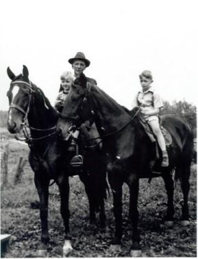 <p>&copy; Maison O&rsquo;Neill<br /><br />La r&eacute;gion d&rsquo;origine de la famille O&rsquo;Neill est r&eacute;put&eacute;e pour ses &eacute;levages de chevaux pur-sang. En 1914, William Patrick se d&eacute;marque dans l&rsquo;&eacute;levage de gros chevaux noirs &laquo; Black Horse &raquo; qui seront utilis&eacute;s entre autres pendant la guerre qui se d&eacute;roule en Europe. L&rsquo;entreprise &eacute;questre a &eacute;t&eacute; reprise de g&eacute;n&eacute;ration en g&eacute;n&eacute;ration.</p>