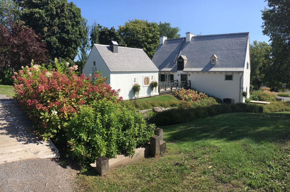 <p>&copy; Moulin des J&eacute;suites de Charlesbourg<br /><br />Situ&eacute; dans le site patrimonial de Charlesbourg, le Moulin des J&eacute;suites, construit en 1742 et r&eacute;nov&eacute; en 1992, est l&rsquo;un des plus vieux b&acirc;timents du Trait-Carr&eacute;. D&rsquo;aspect traditionnel, il abrite &agrave; la fois le moulin &agrave; farine et le logis du meunier. Aujourd&rsquo;hui devenu un centre d&rsquo;interpr&eacute;tation de l&rsquo;histoire, le Moulin constitue le point de d&eacute;part des visites du Trait-Carr&eacute; de Charlesbourg.</p>