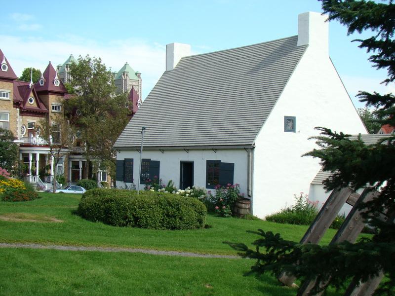 <p>&copy; Maison Girardin<br /><br />La Maison Girardin est situ&eacute;e au c&oelig;ur du site patrimonial de Beauport, dans le bourg du Fargy, &agrave; proximit&eacute; de majestueuses maisons victoriennes et de l&rsquo;&eacute;glise de La Nativit&eacute;-de-Notre-Dame. D&rsquo;inspiration fran&ccedil;aise, la maison t&eacute;moigne de l&rsquo;histoire de l&rsquo;une des plus anciennes communaut&eacute;s francophones d&rsquo;Am&eacute;rique. Devenu un centre d&rsquo;interpr&eacute;tation, le lieu met aujourd&rsquo;hui en valeur les m&eacute;tiers d&rsquo;art et les savoir-faire d&rsquo;hier &agrave; aujourd&rsquo;hui.</p>