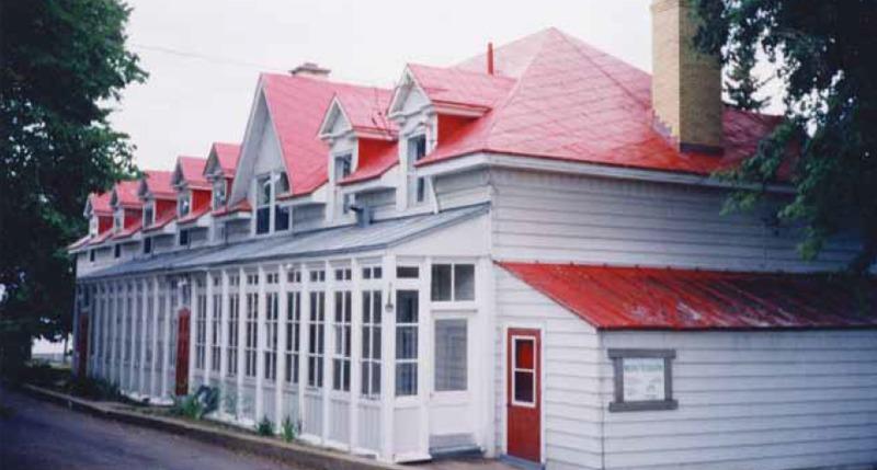 <p>&copy; Ville de Qu&eacute;bec<br /><br />Au milieu des ann&eacute;es 1990, l&rsquo;&eacute;difice fait partie du r&eacute;seau des &Eacute;coles pr&eacute;maternelles et maternelles Montessori. Propri&eacute;taire du terrain environnant depuis 1993, la Ville de Sainte-Foy ach&egrave;te finalement le presbyt&egrave;re en 1997.</p>