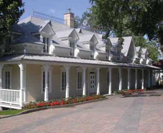 <p>&copy; Denyse L&eacute;gar&eacute;, 2011.<br /><br />Restaur&eacute; en 2001, l&rsquo;ancien presbyt&egrave;re abrite maintenant le Centre d&rsquo;interpr&eacute;tation historique de Sainte-Foy.</p>